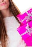 Muchacha con muchas cajas de regalo rosadas Foto de archivo libre de regalías