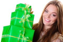 Muchacha con muchas cajas de regalo verdes aisladas Imágenes de archivo libres de regalías