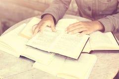 Muchacha con muchos libros abiertos Imagen de archivo