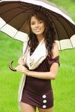 Muchacha con oudoors del paraguas Foto de archivo libre de regalías