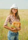 Muchacha con pan en el campo de los cereales Fotos de archivo libres de regalías