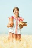 Muchacha con pan en el campo del centeno Imagenes de archivo