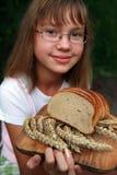 Muchacha con pan fresco Foto de archivo libre de regalías