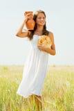 Muchacha con pan y el jarro Foto de archivo
