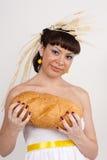 Muchacha con pan y oídos del trigo Fotos de archivo