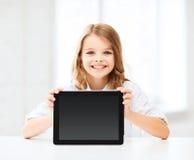Muchacha con PC de la tableta en la escuela Imágenes de archivo libres de regalías
