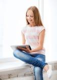 Muchacha con PC de la tableta en la escuela Fotografía de archivo