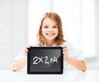 Muchacha con PC de la tableta en la escuela Imagenes de archivo