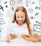 Muchacha con PC de la tableta en la escuela Foto de archivo