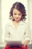 Muchacha con PC de la tablilla Fotos de archivo