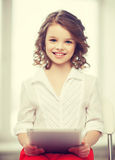 Muchacha con PC de la tablilla Fotos de archivo libres de regalías