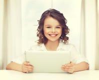 Muchacha con PC de la tablilla Foto de archivo libre de regalías