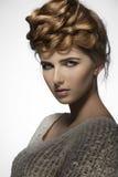 Muchacha con pelo-estilo elegante Fotos de archivo