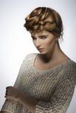 Muchacha con pelo-estilo elegante de la moda Foto de archivo libre de regalías