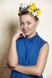 Muchacha con pelo-estilo floral de la primavera Fotos de archivo