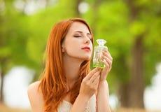Muchacha con perfume Imagen de archivo libre de regalías