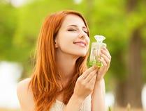 Muchacha con perfume Fotos de archivo libres de regalías