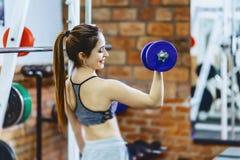 muchacha con pesa de gimnasia en gimnasio imagen de archivo libre de regalías