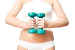 Muchacha con pesas de gimnasia verdes a disposición Imágenes de archivo libres de regalías