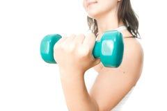 Muchacha con pesas de gimnasia verdes a disposición Imagen de archivo