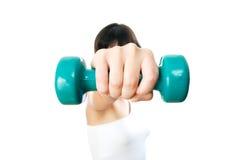 Muchacha con pesas de gimnasia verdes a disposición Foto de archivo libre de regalías