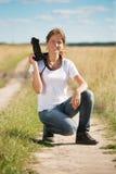 Muchacha con photocamera en el campo Imagenes de archivo