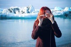 Muchacha con poco iceberg en el campo del iceberg, Islandia Fotografía de archivo