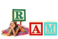 Muchacha con RAM del bloque del alfabeto Foto de archivo