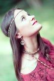 Muchacha con símbolo de paz del hippie del pendiente Imagen de archivo