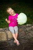 Muchacha con seda del caramelo Foto de archivo libre de regalías