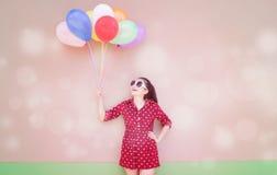 Muchacha con serie colorida de los globos Imagen de archivo libre de regalías
