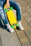 Muchacha con shortboard del monopatín del penique Foto de archivo libre de regalías