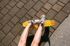 Muchacha con shortboard del monopatín del penique Fotos de archivo libres de regalías