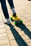 Muchacha con shortboard del monopatín del penique Fotografía de archivo
