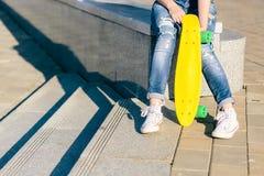 Muchacha con shortboard del monopatín del penique Foto de archivo