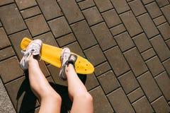 Muchacha con shortboard del monopatín del penique Fotos de archivo