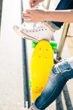 Muchacha con shortboard del monopatín del penique Imagen de archivo libre de regalías