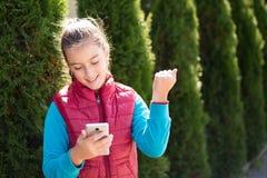 Muchacha con smartphone Fotografía de archivo libre de regalías
