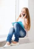 Muchacha con smartphone en la escuela Imagenes de archivo