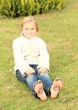 Muchacha con smiley en los dedos del pie y los lenguados Fotografía de archivo