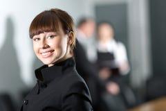 Muchacha con sonrisa en chaqueta negra foto de archivo