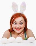 Muchacha con sorpresa de los oídos de conejo ojos crecientes para el efecto cómico Fotografía de archivo libre de regalías