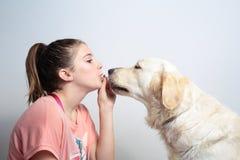 Muchacha con su animal doméstico Fotografía de archivo