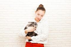 Muchacha con su animal doméstico preferido Imágenes de archivo libres de regalías