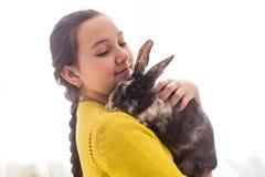 Muchacha con su animal doméstico preferido Foto de archivo libre de regalías