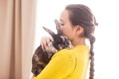 Muchacha con su animal doméstico preferido Fotos de archivo