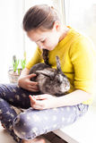 Muchacha con su animal doméstico preferido Fotografía de archivo