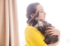 Muchacha con su animal doméstico preferido Fotos de archivo libres de regalías