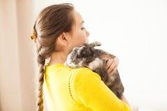 Muchacha con su animal doméstico preferido Imagen de archivo libre de regalías