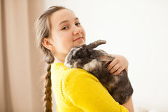 Muchacha con su animal doméstico preferido Foto de archivo
